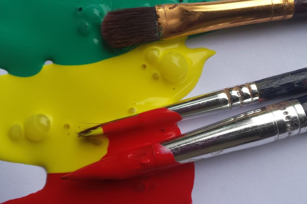 Penselen in de groene, gele en rode acrylverf
